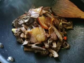 香味干锅笋,放入煸过的肉片。