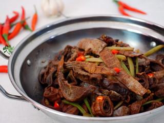 香味干锅笋,酒精点火,将笋干倒到干锅里即可。