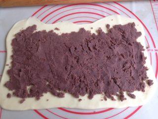 豆沙卷,豆沙馅抹在面片上面