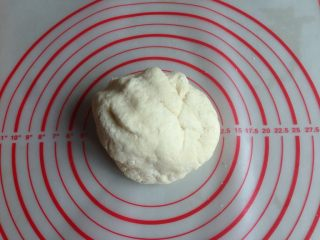 豆沙卷,和成比较粗糙的面团,盖上保鲜膜,静置5-8分钟左右