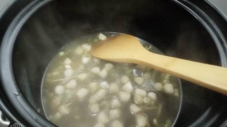 砂锅瑶柱粥,加入泡瑶柱的水,