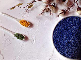 六色饭,蓝花:直接加水煮至沸腾即可,待水变凉滤汁泡两斤圆糯米10小时。