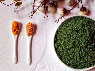 六色饭,绿花:直接加水煮至沸腾即可,待水变凉滤汁泡两斤圆糯米10小时。