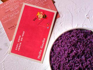 六色饭,紫蓝草剁碎加水煮至沸腾在煮10分钟,若紫蓝草较老需多煮10分钟,待水变凉后滤汁泡2斤圆糯米10小时。