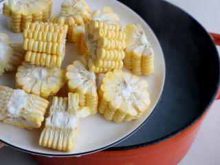 排骨白萝卜玉米煲汤,大约30分钟以后,排骨汤呈现白色,加入玉米块;