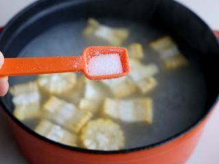 排骨白萝卜玉米煲汤,出锅之前的2-3分钟,加入1勺盐;