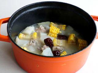 排骨白萝卜玉米煲汤,虽然只有几块排骨,但是这样吃太满足了;
