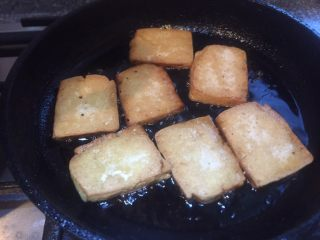 香辣西芹炒豆干,煎至两面金黄即可。