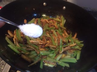 香辣西芹炒豆干,加入味精,炒均匀即可出锅。
