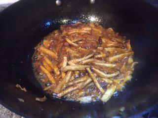 香辣西芹炒豆干,在放入豆瓣酱炒出香味。