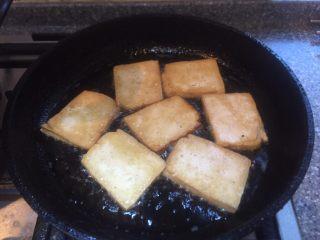 香辣西芹炒豆干,煎至表面金黄倒面在煎。
