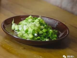 糕烧番薯芋,❥ 将葱洗干净,切成葱花,放置盘中,待用