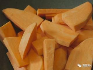 糕烧番薯芋,❥ 将去皮好的番薯切成大小适中的块状,不要太大,不容易熟,也不要太小,容易煮烂了