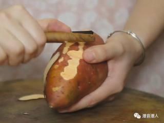 糕烧番薯芋,❥ 将番薯和芋头洗干净,并去皮