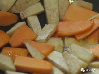 糕烧番薯芋,❥ 接着热锅,倒入适量的油,再放入番薯和芋头,将其炸至7分熟,便可捞起,放置盘中,待用