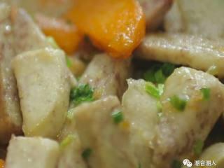 糕烧番薯芋,❥ 最后撒上葱花,翻炒均匀即可