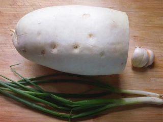 清炖白萝卜,准备好所需食材。
