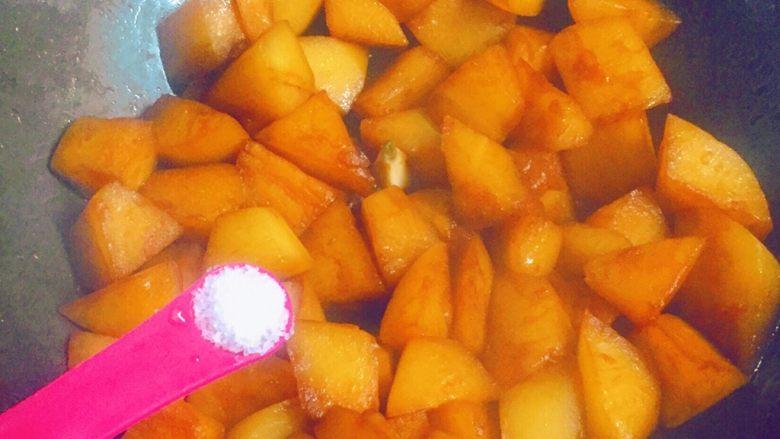 清炖白萝卜,炖至萝卜熟透,汤汁变少时,加入少许盐调味。