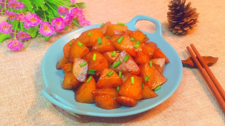 清炖白萝卜,出锅装盘食用。
