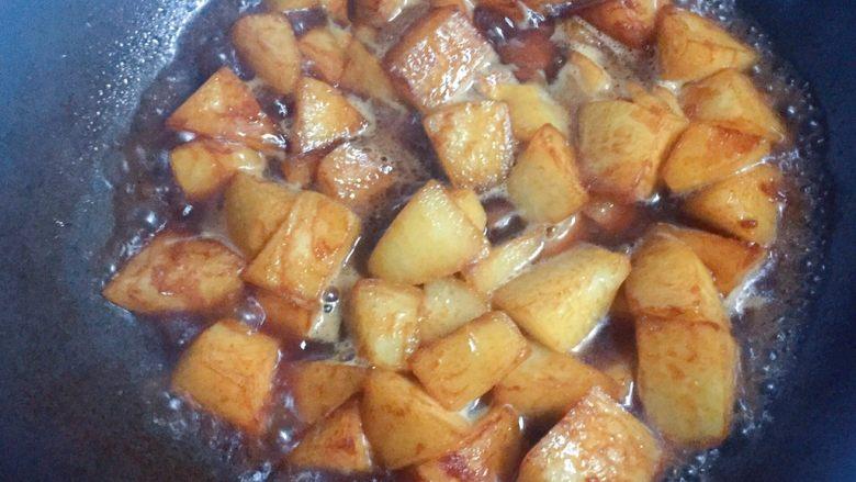 清炖白萝卜,加入与萝卜齐平的水,大火烧开转中火炖煮。