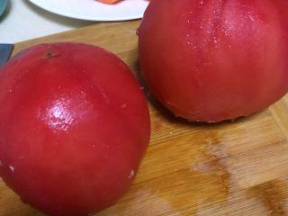 西红柿土豆炖牛腩,将柿子皮撕掉。烫过的柿子很好去皮。