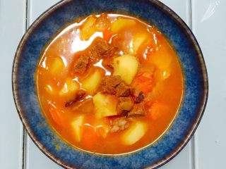 西红柿土豆炖牛腩,20分钟后,关火盛出。
