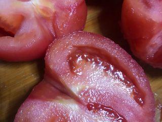 西红柿土豆炖牛腩,中间对半切开后去蒂。