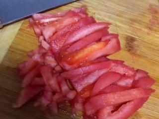 西红柿土豆炖牛腩,先切片再切条最后切碎。
