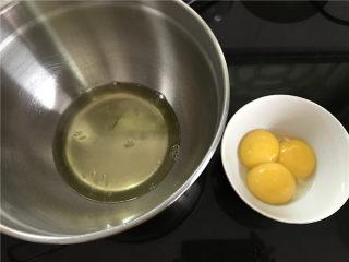 轻乳酪蛋糕,蛋白和蛋黄分别打在无水无油的打蛋盆中。