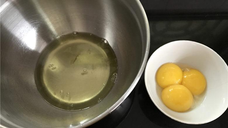 轻乳酪蛋糕,蛋白和<a style='color:red;display:inline-block;' href='/shicai/ 15'>蛋黄</a>分别打在无水无油的打蛋盆中。