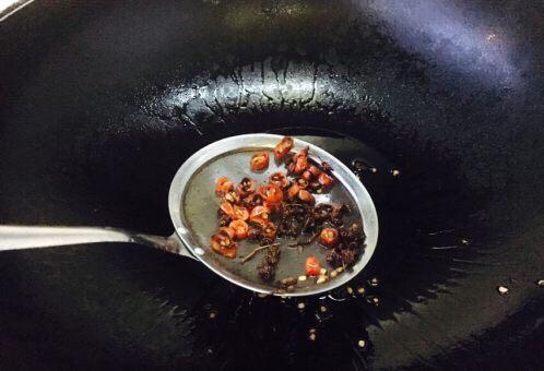 厨房挑战 素菜 花椒油炒豆角丝,当花椒爆出香味,颜色见深时,把花椒和小米椒捞出不用,留炸好的油备用。