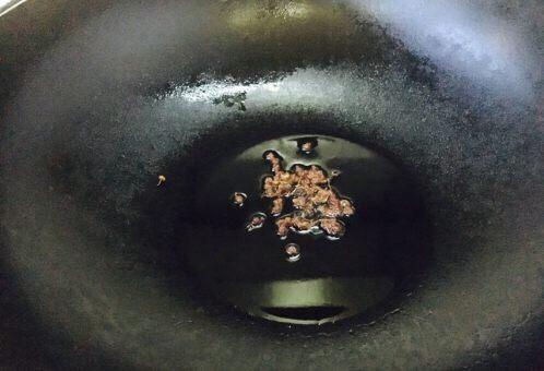 厨房挑战 素菜 花椒油炒豆角丝,锅里放油,放入花椒。
