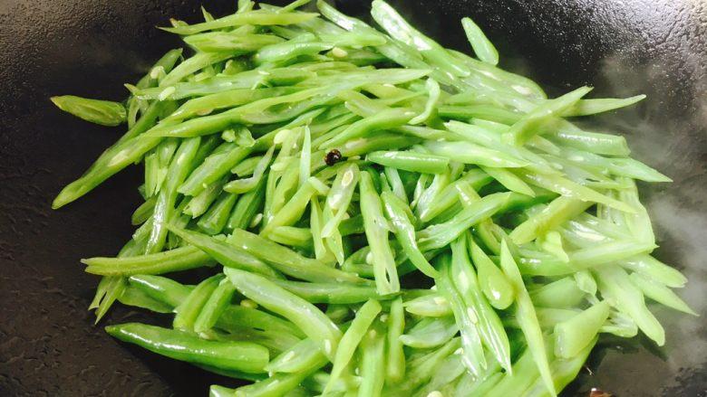 厨房挑战 素菜 花椒油炒豆角丝,放入豆角丝迅速翻炒。