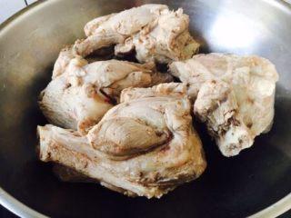 厨房挑战 荤菜 青萝卜粉条大骨汤,把焯过水的棒骨放在汤锅里。