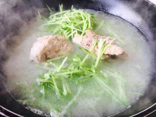 厨房挑战 荤菜 青萝卜粉条大骨汤,放入切好的青萝卜丝。