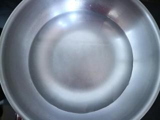 三合油拌面,锅中放入适量清水烧开。