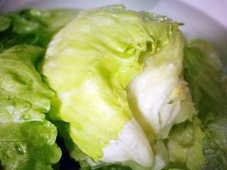 美味素菜之蚝油生菜,生菜球泡在清水中洗净