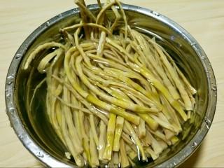 炒笋干,这是泡了1天的笋干,不是特别软。我又煮了10分钟。