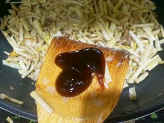 炒笋干,加入蚝油,继续翻炒2分钟。