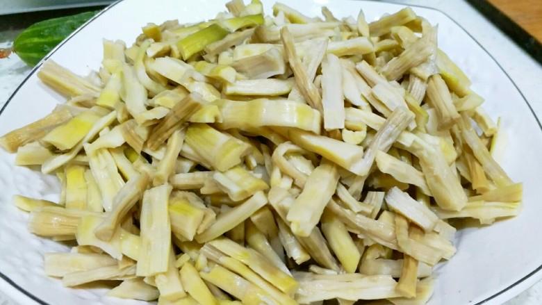炒笋干,笋干软到手掐能掐断为好,反复冲洗几次后,沥干水,切段。