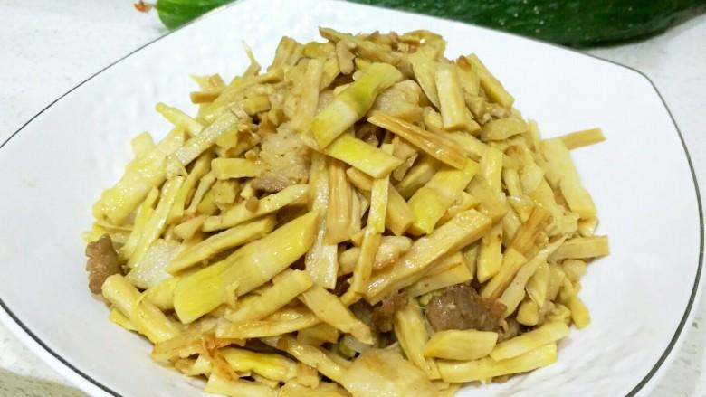 炒笋干,收汁后加入适量盐调味,就可以出锅了。