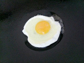 酱香炒面,锅里重新放入油,油热后打入鸡蛋煎熟