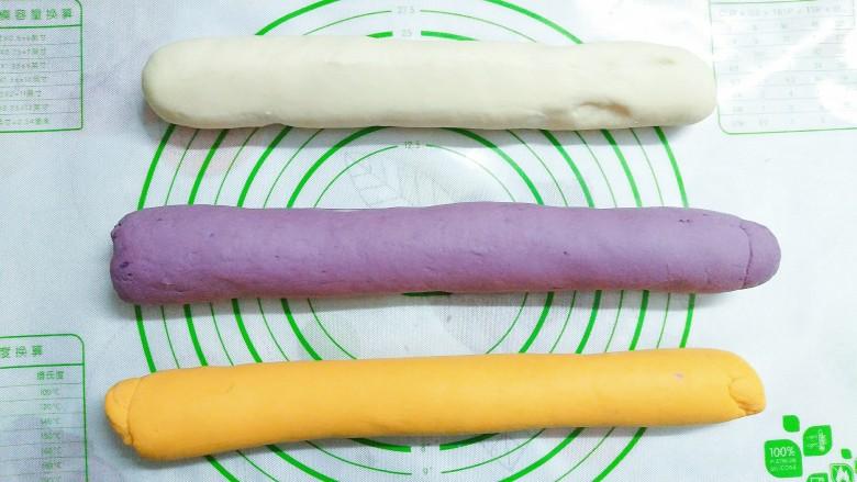 三色花卷,将发酵好的三种面团拿出来揉出面团里的空气!再揉成条状!
