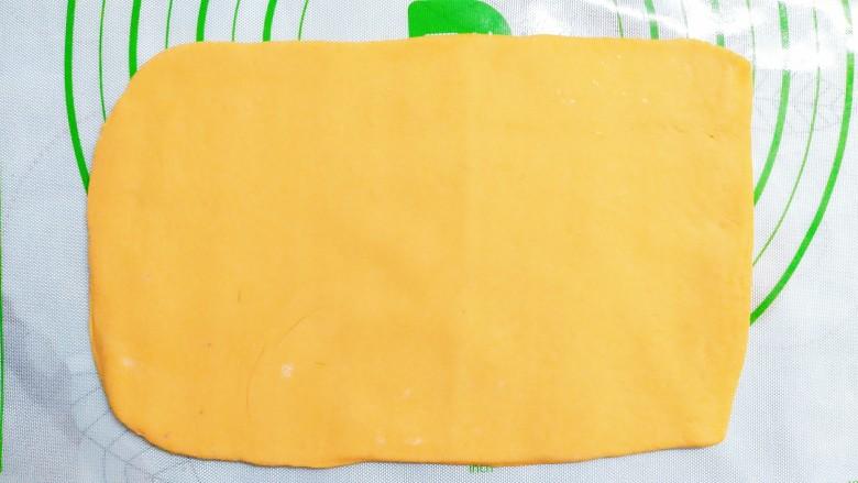 三色花卷,再把黄色的面团揉成一个长方形的面皮!刷点油在上面,防沾!