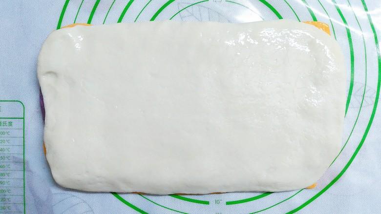 三色花卷,最后把白色面团擀成长方形面皮,放在紫色面皮上,在表面也刷层油!