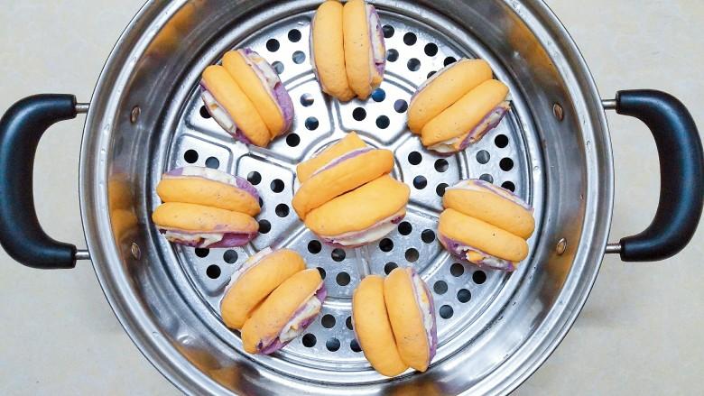 三色花卷,在蒸锅上刷一层油,然后把做好的花卷一个个放上去!有蒸笼布就不用在蒸隔上刷油了!