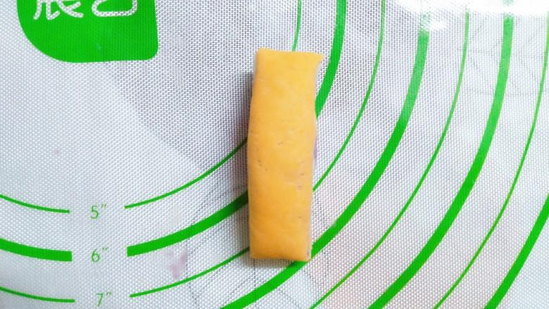 三色花卷,把剩下的面团揉成小点的条状,切成这么15g左右的小剂子!