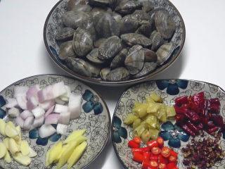 香辣花甲,准备材料:花甲,洋葱,姜片,蒜片,小米辣,泡椒,干辣椒,花椒