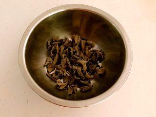 黑白菜,干木耳加温水泡发30分钟