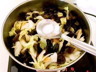 黑白菜,加入精盐调味